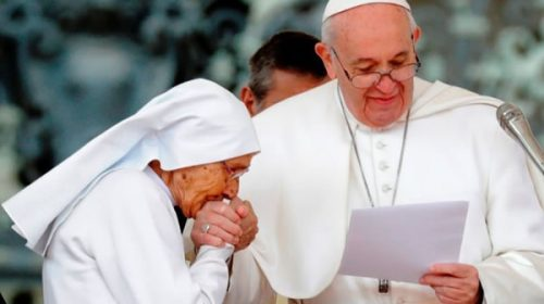 El Vaticano explicó por qué el papa Francisco no se deja besar el anillo