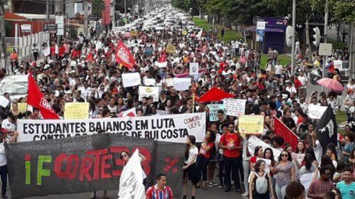 Estudiantes salen a las calles contra Bolsonaro por recortes en la educación