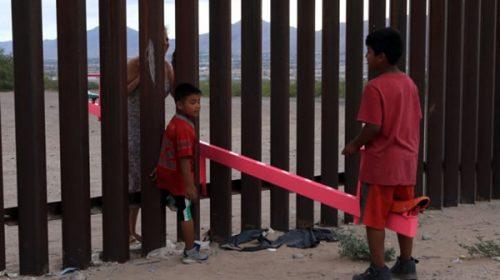 Niños jugaron en subibajas en la frontera entre México y EE.UU.